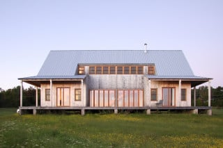 Die bis auf einen Einschnitt über der Terrasse umlaufende Veranda ist typisch für die Häuser dieser Region