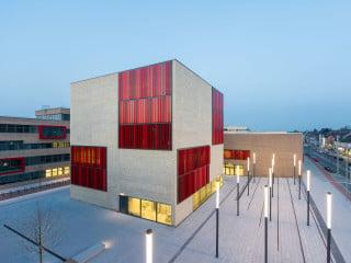Herz des Campus sind die drei unterschiedlich hohen Gemeinschaftsbauten: Mensa, Hörsaalzentrum und Bibliothek