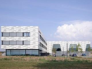 Büroriegel und Laborgebäude stehen rechtwinklig zueinander (Ansicht West)