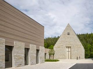 Das Haus Johannisthal liegt wie ein Dorf in der Landschaft