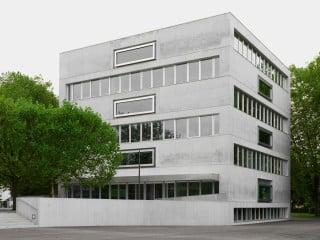 Das annähernd würfelförmige Volumen des Schulgebäudes Campus Moos von Westen aus gesehen