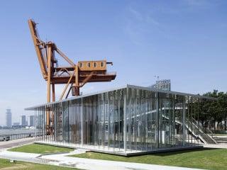 Hafenkran und Ausstellungspavillon bilden eine sehenswerte Einheit an der neuen Uferpromenade des Huangpu-Flusses