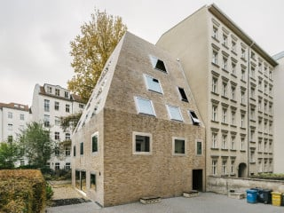 Das Wohnhaus im Innenhof in Berlin-Prenzlauer Berg berherbergt zwei Wohneinheiten