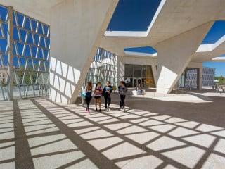 Grüntuch Ernst Architekten planten das Ensemble von Kindergarten, Grundschule und Gymnasium der Deutschen Schule Madrid (Ansicht vom südlichen Vorplatz)