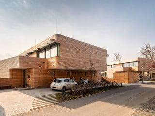 Zwei Doppelhaushälften und ein frei stehendes Einfamilienhaus entstanden in ruhiger Lage auf einem Eckgrundstück im Berliner Ortsteil Wannsee (Ansicht Nordost)