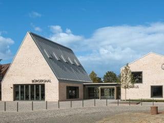 Das Gebäudeensemble setzt sich aus Bürgersaal und Rathaus zusammen und orientiert sich am Typus des niederdeutschen Hallenhauses (Südansicht)