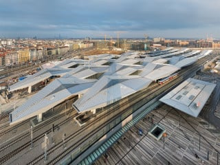 Das Dach faltet sich im Westen rautenförmig auf und läuft im Osten in geraden Flächen aus
