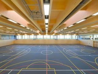 Auf freiem Feld am Rand von Stadtbergen befindet sich die neue von von F64 Architekten entworfene Sport- und Mehrzweckhalle (Südostansicht)