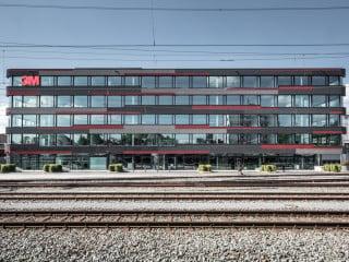 Die neue Firmenzentrale des Konzerns 3M entstand in unmittelbarer Nähe zum Bahnhof auf einem ehemaligen Industrieareal (Südostansicht)