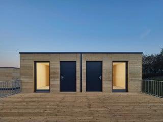 Für die Flüchtlingsunterkunft wurden insgesamt 38 Module (zwei verschiedene Typen) zu sechs Häusern zusammengefügt (Nordostansicht)