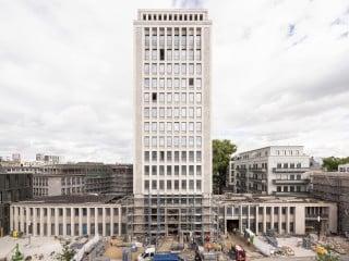 Entworfen zu Beginn der 1950er-Jahre von Helmut Hentrich und Hans Heuser, erfolgte der Umbau des Hochhauses bis 2016 durch die Architekten und Stadtplaner Kister Scheithauer Gross (Südansicht)