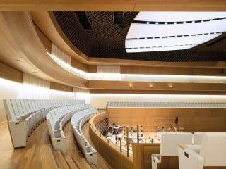 Die Architekten Bez + Kock schufen durch behutsames Anfügen an die bestehende profanisierte St.-Marien-Kirche ein dreiteiliges Ensemble (nördlich an die Kirche schließt der Multifunktionssaal an, südlich der Konzertsaal und daran der Verwaltungsbau)