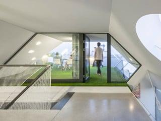 Eingangszone der neuen Dachgeschosswohnung mit viel Tageslicht durch Dachterrassen, Lichtschacht und Oberlichter
