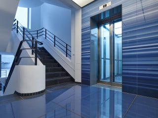 Eine streng gerasterte Fassade aus großformatigen Betonfertigteilen prägt das Stammhaus des WDR nach dem Umbau