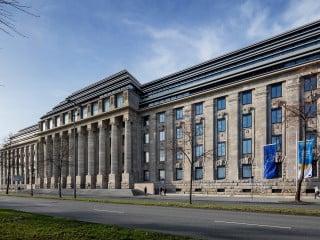 Die ehemalige Königliche Eisenbahndirektion in unmittelbarer Nähe des Kölner Doms erhielt einen fein gestaffelten Aufbau, der das Bild der historischen Dachform nachzeichnet