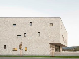 Gut elf Jahre nach Abriss des Altbaus hat Lohr am Main wieder eine repräsentative Stadthalle