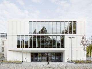 Dreigeschossige Südfassade des Instituts für Angewandte Photophysik der TU Dresden von Heinle, Wischer und Partner