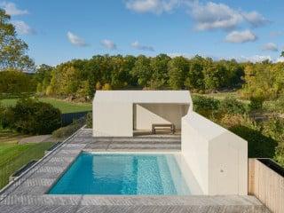 Die Private Spa  Und Poollandschaft Umfasst Ein Außenbecken Mit überdachtem  Aufenthaltsbereich Und Ein Unterirdisches Innenbecken