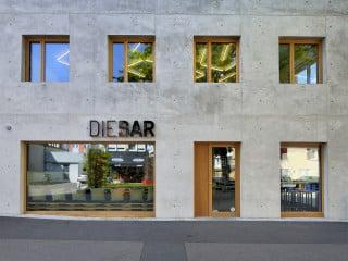 In einem quartier östlich des Ulmer Münsters errichteten Hochstrasser Architekten ein fünfgeschossiges Wohn- und Geschäftshaus auf einem Eckgrundstück