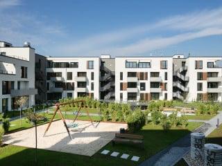 Die Stuttgarter Architekten Blocher Partners entwarfen zwei Baublocks mit Gewerbe und Gastronomie, Wohnungen, Gesundheitsversorgung, Hotel und Freizeitangeboten (Blick aus der Fressgasse mit Q6 im Vordergrund)