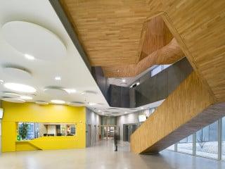 Der silbern schimmernde Neubau beherbergt das Nationale Institut für Territorialstudien (INET), eine Hochschule, die auf die Aus- und Weiterbildung Verwaltungsmitarbetern spezialisiert ist