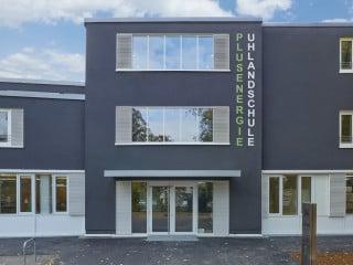 Nach seiner Sanierung erfüllt das Hauptgebäude der Uhlandschule in Stuttgart Plusenergiestandard