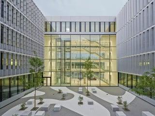 Etwas erhöht liegt das Verwaltungsgebäude des Energieversorgers Enervie in der Nähe von Hagen
