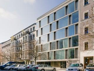 In einer Baulücke im Berliner Bezirk Prenzlauer Berg realisierten Zanderroth Architekten für eine Baugemeinschaft zwei moderne Wohnhäuser cb19