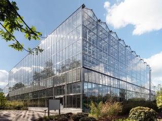 Für die Neukonzeption des Balinesischen Gartens in Berlin entstand nach Plänen des Berliner Büros Haas Architekten eine 1.800 Quadratmeter große Tropenhalle