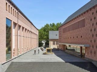 Blick vom Römerberg auf das Museumsensemble, wie es hinter der Alten Nikolaikirche hervortritt