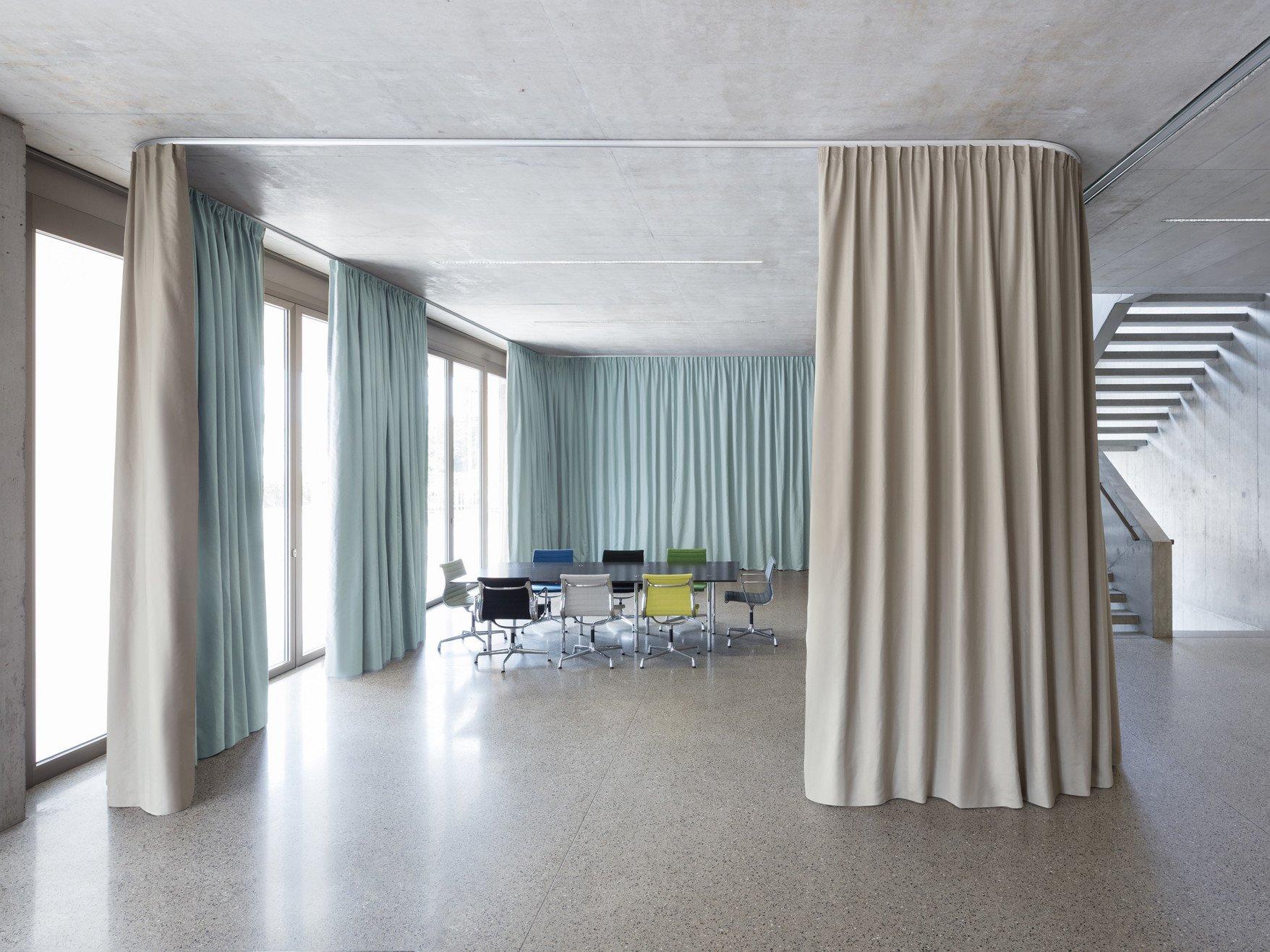 raumteilende und schallabsorbierende vorh nge akustik. Black Bedroom Furniture Sets. Home Design Ideas