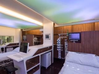 Im Rahmen des mehrjährigen Forschungsprojekt Parametrische (T)Raumgestaltung wurde ein neues Innenraumkonzept in der Charité Berlin entwickelt. Das Resultat sind zwei von Graft Architekten gestaltete Patientenzimmer auf der Intensivstation 8i im Campus Virchow-Klinikum