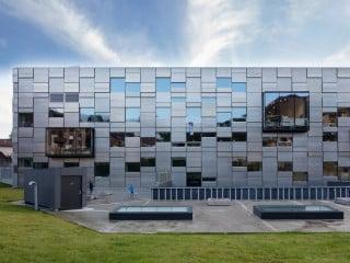 Der von Snøhetta entworfene Neubau der Fakultät für Kunst, Musik und Design (KMD) in Bergen vereint drei vormals über die Stadt verteilte Institute an einem Standort
