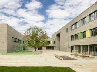 Das Bildungszentrums KISS Birkenstraße mit Kindertagesstätte, Grundschule und Sporthalle wurde im Rahmen einer öffentlich-privaten Partnerschaft realisiert (Schulhof von Süden)