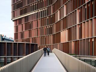 Im Gegensatz zum brutalistischen Stammbau (rechts) öffnet sich der neue Gebäudekomplex zum Stadtraum