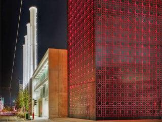 Für den Stadtteil Luxemburg-Kirchberg haben Paul Bretz Architectes ein Pelletsilo als Erweiterung eines Blockheizkraftwerks entworfen