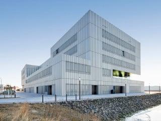 Der von Staab Architekten geplante Neubau für das Thünen-Institut für Fischereiökologie und Seefischerei liegt unmittelbar an der Hafenkante (Westansicht)