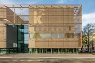 Der Erweiterungsbau der Kunsthalle Mannheim steht am Friedrichsplatz unweit des historischen Wasserturms