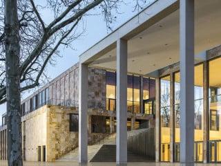Das RMCC nach Plänen von Ferdinand Heide Architekten erstreckt sich entlang der Friedrich-Ebert-Allee gegenüber des Wiesbadener Museums