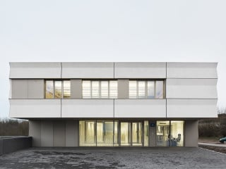 Blick auf den Haupteingang der vom Architekturbüro Bez + Kock entworfenen Polizeiinspektion in Aschaffenburg