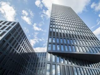 Das von Burckhardt+Partner geplante Bürogebäude und Hotel Grosspeter Tower in Basel ist aus zwei verschieden hohen Baukörpern zusammengesetzt