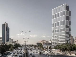 Das 110 Meter hohe AND Hochhaus steht direkt an einer Schnellstraße im Istanbuler Stadtteil Kozyatagi (Südansicht)