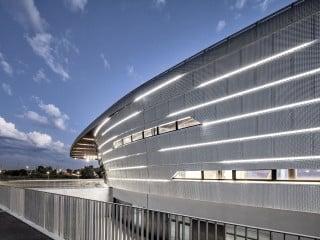Im südfranzösichen Antibes haben Auer Weber mit der die Azur Arena eine multifunktional nutzbare Sportstätte geschaffen