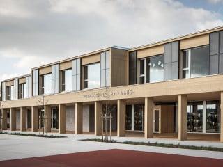 Die Eingangsseite der Volksschule Hallwang richtet sich nach Süden zum Pausenhof