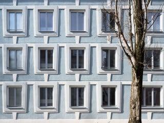 In einem Gebäude aus den 1950er-Jahren befindet sich in München-Haidhausen die lokale Verwaltung der Arbeiterwohlfahrt (AWO)