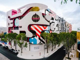 Das Parkhaus Museum Garage wurde 2018 im Design District in Miami fertiggestellt; an der Fassadengestaltung waren fünf Architekten und Designer beteiligt