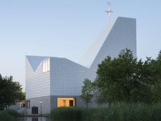 Die katholische Pfarrkirche in Poing wurde nach Plänen von Meck Architekten als skulpturaler Solitär mit auffallender Dachlandschaft realisiert
