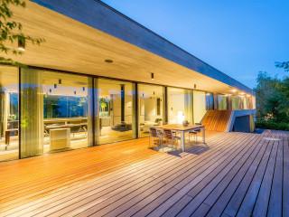 Von der Terrasse mit Pool ergibt sich eine fantastische Aussicht über Linz