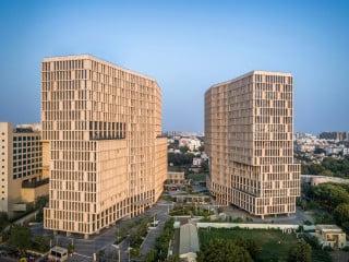 Der von Blocher Partners entworfene Bürokomplex Mondeal Heights liegt direkt am Sarkhej–Gandhinagar Highway in Ahmedabad