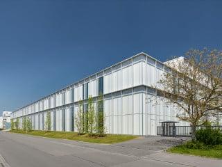 Die Uhlmann Montage- und Logistikhalle in Laupheim von Barkow Leibinger Architekten hilft durch neue Raumanordnungen, Produktionsabläufe zu optimieren